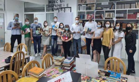 Чланови Студентског парламента поклонили књиге факултетској библиотеци